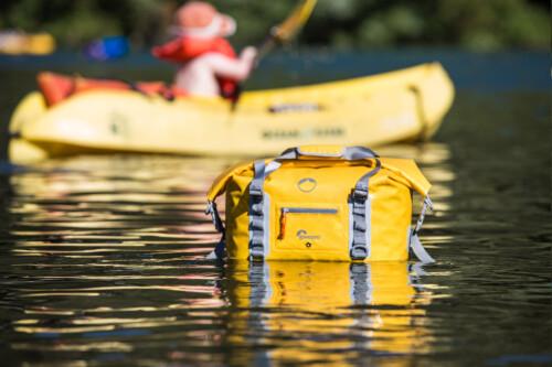 Mochila sumergible Lowepro DF 20L flotando en el agua
