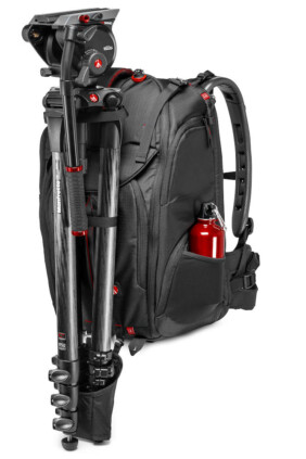 Mochila para video Manfrotto Pro Light Pro-V-410-PL con trípode de video montado a modo de ejemplo